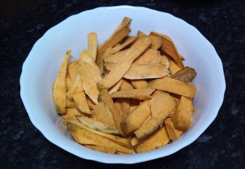 Boniatos troceados en bol con sal