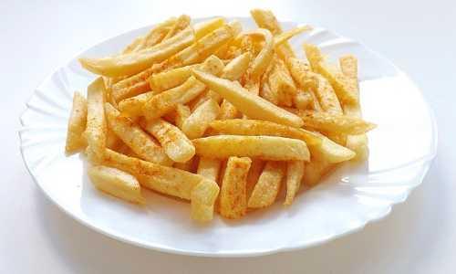 Un plato de patatas fritas caseras