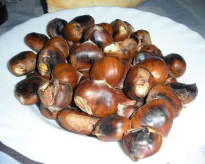 Castañas asadas en un plato