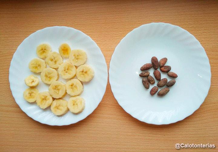 Granos de cacao y plátano en platos